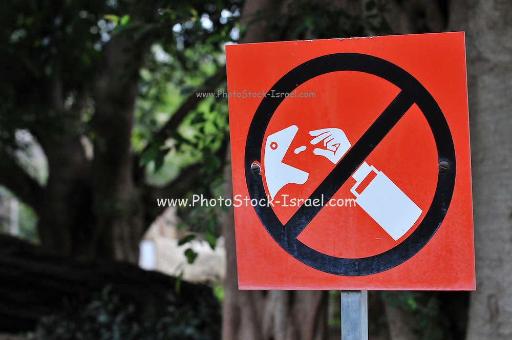 Graphic Don't Feed the Animals sign in a zoo