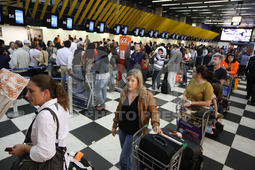 SAO PAULO, SP, 19-06-2012, FILAS CHEK-IN.  Devido a voos cancelados pelo mal tempo no sul do Brasil, alguns voos foram cancelados, as filas no check-in ficaram enormes no aeroporto de Congonhas.  Luiz Guarnieri/ Brazil Photo Press.