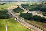 Nederland, Gelderland, Knooppunt Deil, 28-06-2006; Betuweroute loopt vanuit Rotterdam naar het Oosten (richting Duitsland) grotendeels parallel aan de A15; bij knooppunt Deil wordt de A2 (Utrecht-Den Bosch) gekruist; de goederenspoorweg ligt op een (verhoogde) aardebaan om aan te sluiten op de viaducten over de snelweg (vandaar de metalen trappen links in het midden een GSM mast; klaverblad, landschapsarchitectuur; transport, infrastructuur, infrabundel, verkeer en vervoer, mobiliteit, planologie; zie ook (lucht)foto's van de bouwfase en andere (lucht)foto's van deze lokatie; deel van de serie Panorama Nederland luchtfoto (toeslag aerial photo (additional fee required .foto Siebe Swart / photo Siebe Swart