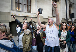 © Licensed to London News Pictures . 27/09/2018. London, UK. protestors shout support as former EDL leader Tommy Robinson  (real name Stephen Yaxley-Lennon )  arrives at The Old Bailey for a retrial for Contempt of Court following his actions outside Leeds Crown Court in May 2018 . Robinson was already serving a suspended sentence for the same offence when convicted in May and served time in jail as a consequence , but the newer conviction was quashed by the Court of Appeal and a retrial ordered . Photo credit: Peter Macdiarmid/LNP