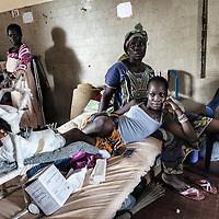 24/07/2014. Conakry. Guinée Conakry.  Hôpital National Ignace Deen, bien qu'il soit public les patients payent et négocient les prix pour les interventions médicales,  les repas ne sont pas compris.  Kamali Betty Sagno s'occupe de sa fille Jenny Traore victime d'un accident de voiture, sa jambe est cassée, elle est à l'hôpital depuis deux mois. ©Sylvain Cherkaoui/Cosmos pour M le magazine du Monde