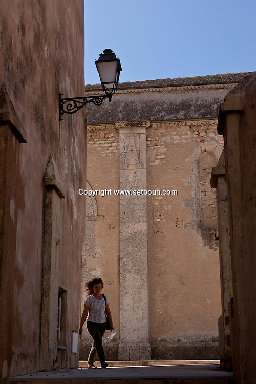 the walls of the old city of Bonifacio.  /  Corse, les remparts de  la vielle ville de Bonifacio
