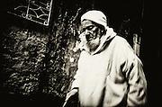 198 / Alter Mann in der Altstadt von Chefchaouen: AFRIKA, MAR, MAROKKO, CHEFCHAOUEN, Maerz 2010: ein alter Mann mit Turban spaziert durch die kleinen Gassen der Altstadt von Chefchaouen. Chefchaouen, Chaouen oder Xauen ist eine marokkanische Stadt, die Hauptstadt der gleichnamigen Provinz. Sie befindet sich im Nordosten Marokkos, in den Auslaeufern des Rif-Gebirges, in der Naehe von Tetouan. - Marco del Pra / imagetrust - Stichworte: Afrika, Marokko, Maghreb, Maroc, Chefchaouen, Chaouen, Xaouen, Koenigreich, Koenig, Mohammed VI, Medina, Altstadt, Mann, alt, alter, Turban, Islam, islamisch, Muslim, muslimisch, Arabisch, Berber, Sufi, Sufismus,  Religion, Schwarz, Weiss, Djellaba, Dschellaba, Galabiya, Rif, Gebirge, Tunica, Tradition, Gewand, Gasse, Gassen,