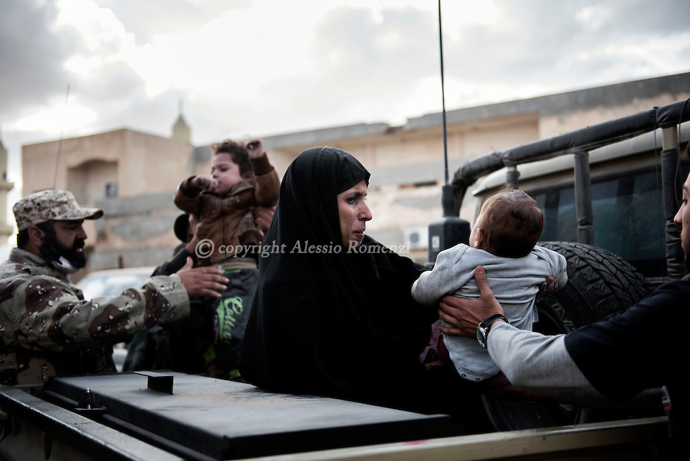 Libya, Sirte: A woman and her three children are helped by fighters of the Libyan forces affiliated to the Tripoli government after they have been taken out of the fighting area in Sirte. Alessio Romenzi