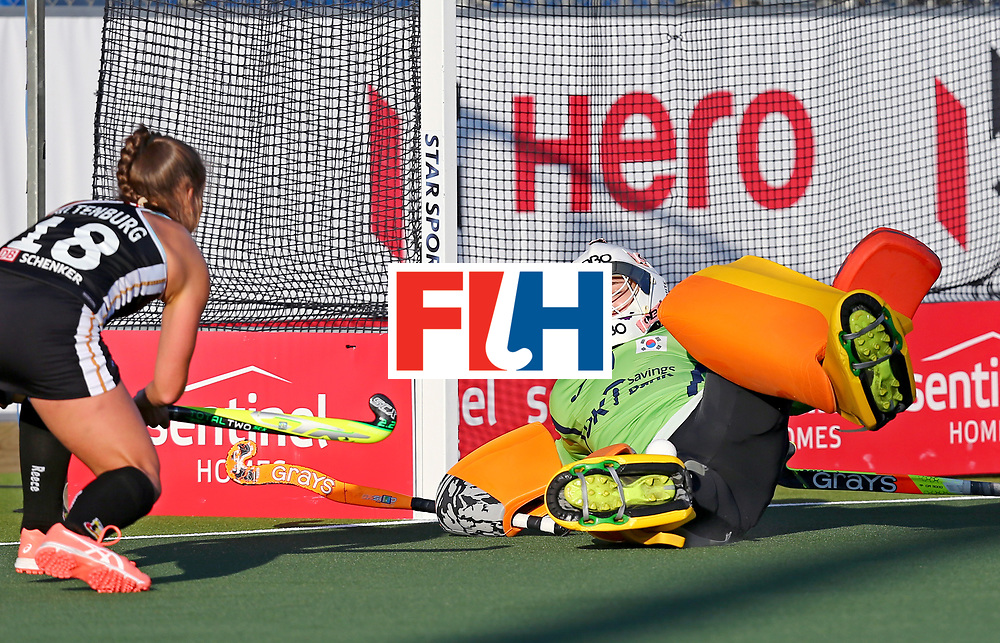 New Zealand, Auckland - 22/11/17  <br /> Sentinel Homes Women&rsquo;s Hockey World League Final<br /> Harbour Hockey Stadium<br /> Copyrigth: Worldsportpics, Rodrigo Jaramillo<br /> Match ID: 10303 - GER vs KOR<br /> Photo: (18) ALTENBURG Lisa (C) attack (1) JANG Soo Ji&nbsp;(GK)