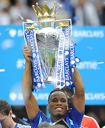 Chelsea's Didier Drogba lifts the Barclays premier league trophy. - Photo mandatory by-line: Alex James/JMP - Mobile: 07966 386802 - 24/05/2015 - SPORT - Football - London - Stamford Bridge - Chelsea v Sunderland - Barclays Premier League