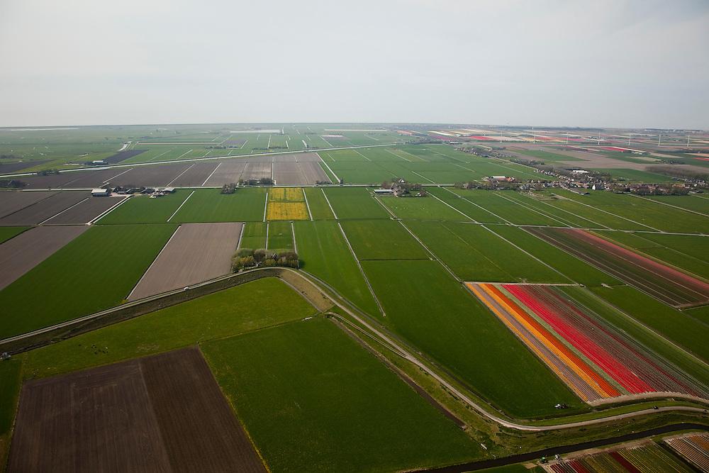 Nederland, Noord-Holland, Gemeente Harenkarspel, 28-04-2010; Westfriese Dijk, onderdeel van de  .Westfriese Omringdijk, de vroegere zeewering, gezien naar de Hondsbossche zeewering. .Westfriese Dijk, part of the 'Westfrisian Surrounding Dike',the Hondsbossche  Seawall at the horizon.luchtfoto (toeslag), aerial photo (additional fee required).foto/photo Siebe Swart