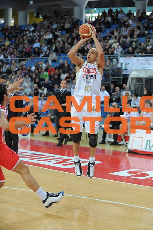 DESCRIZIONE : Pesaro Lega A 2008-09 Scavolini Spar Pesaro Bancatercas Teramo<br />GIOCATORE : Carlton Myers Three Points Equilibrio<br />SQUADRA : Scavolini Spar Pesaro<br />EVENTO : Campionato Lega A 2008-2009<br />GARA : Scavolini Spar Pesaro Bancatercas Teramo<br />DATA : 22/03/2009<br />CATEGORIA : tiro<br />SPORT : Pallacanestro<br />AUTORE : Agenzia Ciamillo-Castoria/G.Ciamillo