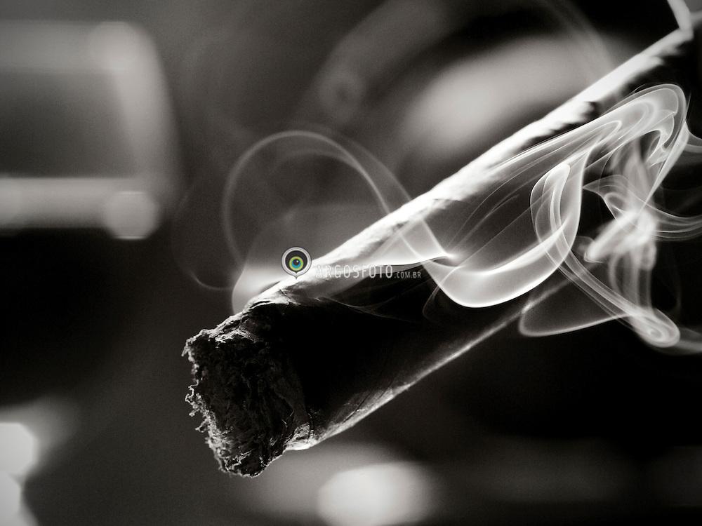 """Charuto e uma forma de preparacao do tabaco para fumar. Pode ser feito a mao ou a maquina, geralmente fechado em uma das extremidades.Atualmente, os charutos sao produzidos em varios paises, mas o pais que possui o título de melhor produtor de charutos do mundo, e Cuba.  Uma região especial e Pinar del Rio, unica regiao de Cuba que produz os charutos chamados de """"havanos"""" (qualquer charuto produzido fora dessa região nao recebe essa qualificacao). // A cigar is a tightly-rolled bundle of dried and fermented tobacco that is ignited so that its smoke may be drawn into the mouth. Cigar tobacco is grown in significant quantities in Puerto Rico, Brazil, Cameroon, Cuba, the Dominican Republic, Honduras, Indonesia, Mexico, Nicaragua, the Philippines, Canary Islands (Spain), and the Eastern United States. 2009"""