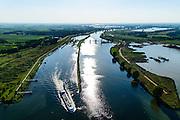 Nederland, Noord-Brabant, Gemeente Oss, 23-08-2016; Lith, schip verlaat de Prinses Máxima Sluizen. Het sluizencomplex in de Maas bestaat uit een tweetal sluiskolken, de stuw en de Nuon waterkrachtcentrale.<br /> Meuse near Oss, Brabant. Complex of locks, barrage (or weir) and hydroelectric power plant.<br /> luchtfoto (toeslag op standard tarieven);<br /> aerial photo (additional fee required);<br /> copyright foto/photo Siebe Swart