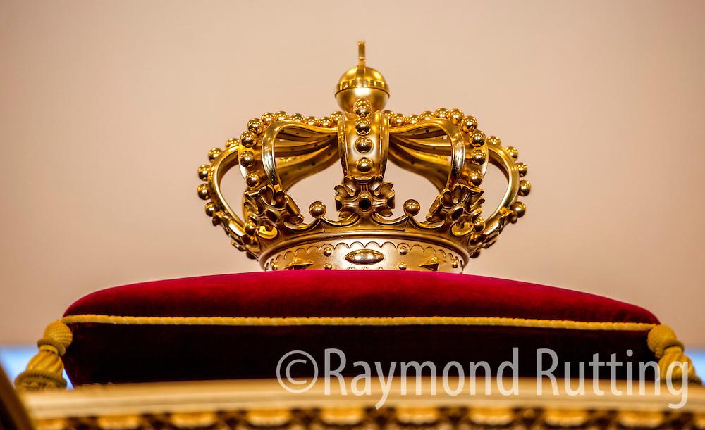 Den haag- de glazen koets in de koninklijke stallen.de kroon op het dak. foto raymond rutting photography