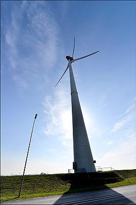 Nederland, Groningen, 15-4-2015 In de Eemshaven wordt veel elektriciteit geproduceerd. Hoogspaninngsmasten en een verdeelstation brengen deze verder het land in. FOTO: FLIP FRANSSEN/ HH