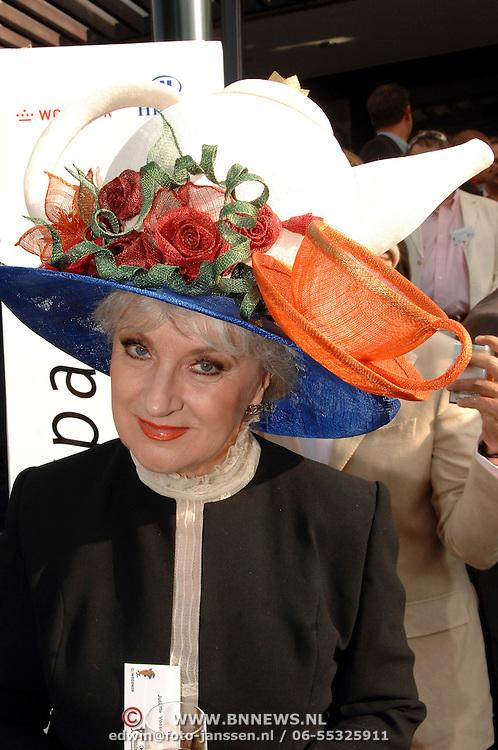 NLD/Amsterdam/20070606 - Wegener Haringparty Hilton 2007, juliette Vossen met theepot als hoed