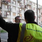Olivier Klein, maire de Clichy-Sous-Bois, en discussion avec un agent de portage. La ville a mis un système de porteurs pour monter les courses et les poussettes dans les étages de la résidence du Chêne Pointu : depuis des années, les ascenseurs sont en panne.