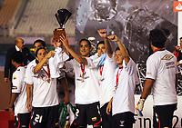 Fotball<br /> Ecuador<br /> Foto: PikoPress/Digitalsport<br /> NORWAY ONLY<br /> <br /> Liga Deportiva Universitaria (LDU)Quito Ecuador players raises a trophy after defeating Fluminense to win their Copa Libertadores final soccer match in Maracana stadium in Rio de Janeiro July 2, 2008