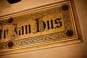 Wohnung von Jan Hus in der Bethlehemskapelle (tschechisch Betlemska kaple) in Prag. 1402 wurde der Magister Jan Hus zum Prediger an der Bethlehemskapelle berufen. Mit seinen mitreißenden Predigten in der Muttersprache der tschechischen Bevölkerung Prags erreichte er die Massen. Bis zu 3000 Menschen sollen seinen Predigten in der Bethlehemskapelle gefolgt sein. Hus, von der Theologie John Wyclifs beeinflusst, kritisierte die Missstände in der Kirche seiner Zeit.
