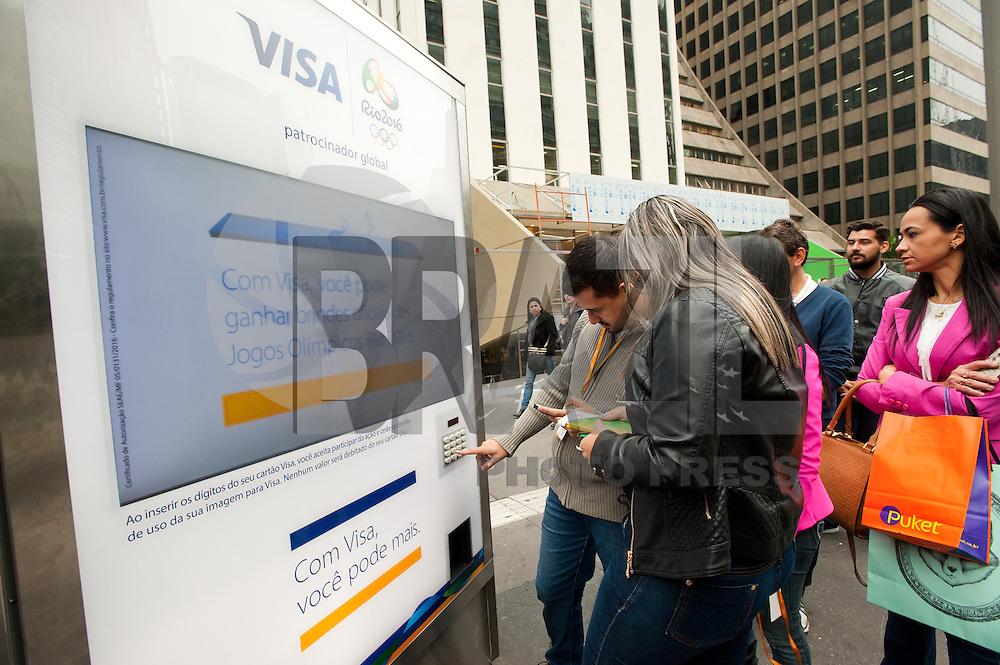 SÃO PAULO, SP, 29.04.2016 - ECONOMIA-SP - Empresa de cartão de crédito da brindes para clientes que colocarem o número do seu cartão em máquina no ponto de ônibus na avenida Paulista nesta sexta-feira 29. (Foto: Gabriel Soares/Brazil Photo Press)