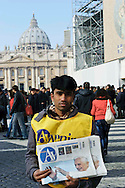 Città del Vaticano 17 Febbraio 2013.La domenica dell'Angelus  del Papa dimissionario..Venditore del giornale Avvenire.Rome, February 17, 2013.The Sunday of the Angelus of the Pope resigning.Paperboy sells newspaper Avvenire