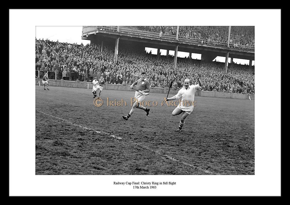 Christy Ring i full fart i Railway Cup finalen. Bilder av irsk kultur finner du på Irishphotoarchive.ie..Tusenvis av bilder av Irsk kultur og hverdagsliv.