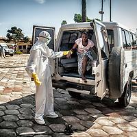 21/11/2014. Nzerekore. Guinee Conakry.<br /> <br /> Cecile Loua , 16 ans, &eacute;tudiante.<br /> Elle a &eacute;t&eacute; en contact avec Mamy Messa son mari qui est sorti apr&egrave;s avoir &eacute;t&eacute; confirm&eacute; Ebola.<br /> <br /> <br /> Sylvain Cherkaoui/Cosmos pour Alima
