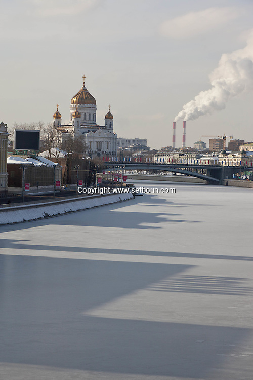Church of Christ the Savior, and the Moskova river frozen in winter, Moskow Russia ///  eglise du christ sauveur et la  moskova gelee en hiver, Moscou Russie