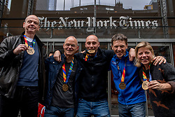 06-11-2017 USA: NYC Marathon We Run 2 Change Diabetes day 4, New York<br /> De dag na de marathon, iedereen een krantje kopen en op de foto voor de New York Times met de medaille.