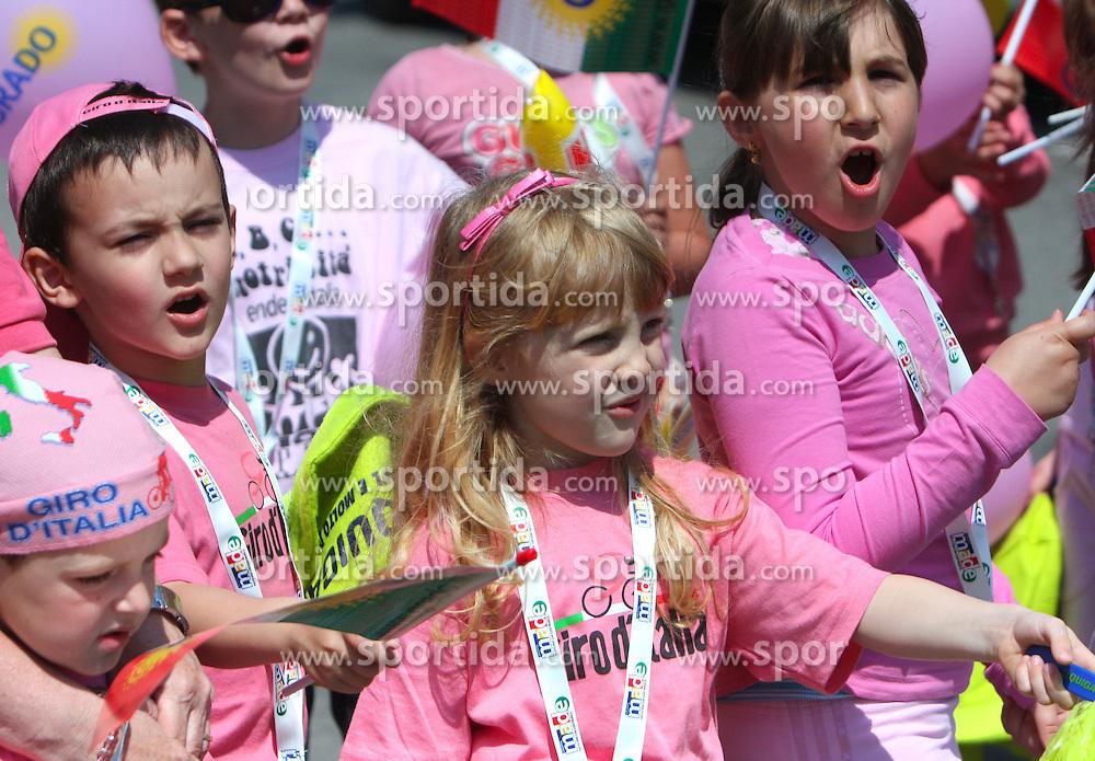 Italian Children at start point of the 198 km long 3rd stage from Grado, Italy to Valdobbiadene, Italy at 92nd Giro d'Italia, on May 11, 2009, in Grado, Italy.  (Photo by Vid Ponikvar / Sportida)