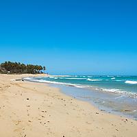 Playa Encuentro es el lugar perfecto para surf. Esta preciosa playa, que está a tan solo cuatro kilómetros de Cabarete, en Puerto Plata, es uno de los mejores lugares de toda República Dominicana para la práctica de los deportes acuáticos. Sus arenas blancas, sus aguas azules y sus fondos repletos de arrecifes de coral la hacen, además, una playa de ensueño. En ella podrás disfrutar de un estupendo ambiente surfero. Aunque no solo es una playa para surfistas, también es un lugar ideal para el windsurf y el kitesurf, u otras modalidades de deportes acuáticos. Playa Encuentro is the perfect place for surfing. This beautiful beach, which is only four kilometers from Cabarete, in Puerto Plata, is one of the best places in the Dominican Republic for practicing water sports. Its white sands, its blue waters and its bottoms full of coral reefs also make it a dream beach. In it you can enjoy a great surfer atmosphere. Although it is not only a beach for surfers, it is also an ideal place for windsurfing and kite surfing, or other types of water sports.