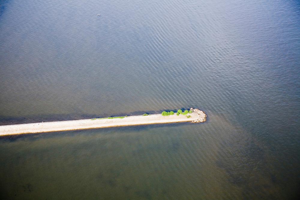 Nederland, Zuid-Holland, Biesbosch, 04-07-2006; luchtfoto (25% toeslag); steekdam of krib met baken in het water van de rivier de Nieuwe Merwede; waterhuishouding, waterbeheer, kanalisatie, landschapsabstractie, vlakverdeling, natuur.luchtfoto (toeslag); aerial photo (additional fee required); .foto Siebe Swart / photo Siebe Swart