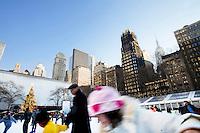 3 Dicembre 2008. New York, NY. Una bambina si appoggia alla ringhiera della pista di pattinaggio adibita a Bryant Park durante i mesi invernali. Ogni anno le strade e i negozi di New York City sfoggiano decorazioni natalizie che attraggono turisti da tutto il mondo.<br /> ©2008 Gianni Cipriano per Io Donna / Corriere della Sera<br /> cell. +1 646 465 2168 (USA)<br /> cell. +1 328 567 7923 (Italy)<br /> gianni@giannicipriano.com<br /> www.giannicipriano.com