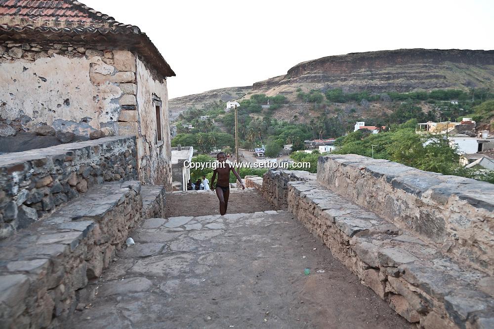 Cape Verde. Cidade velha, in the ruins of th old colonial portuguese capital  Sal Island     / Cap-Vert:  cidade velha, dans les ruines de la vielle capitale coloniale portugaise  . ile de Sal    Cidade Velha, où les Portugais debarquerent en 1460. La ville s appelait alors Ribeira Grande (la Grande Vallee). L'ancienne capitale, à l'origine de l'histoire capverdienne, est située à 12 km de. Praia dans une oasis protégée par la forteresse S. Filipe.  /06
