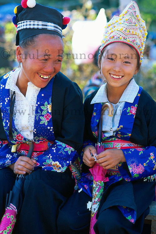 Laos, environs de Luang Prabang, fete du nouvel an ethnie Hmong, mere et fille // New year festival of Hmong minority, Luang Prabang area, Laos