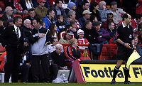 Fotball<br /> Premier League 2004/05<br /> Charlton v Newcastle<br /> 17. oktober 2004<br /> Foto: Digitalsport<br /> NORWAY ONLY<br /> Graeme Souness exchanges words wth Rob Styes over performance of the linesman