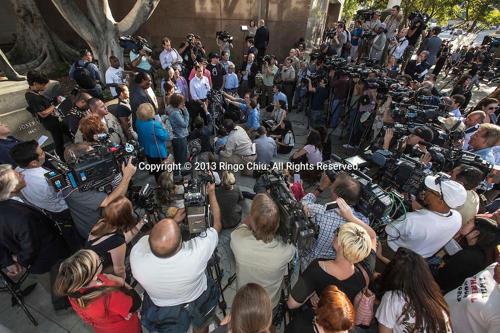 10月2日,在美国加利福尼亚州洛杉矶市高级法院外,陪审团会见记者。当日,对于杰克逊家族提起的迈克尔杰克逊非正常死亡诉讼,陪审团一致裁定杰克逊家族败诉,AEG公司胜诉。(新华社发 赵汉荣摄)<br /> Juries talk to reporters outside a courthouse on Wednesday, October 2, 2013, in Los Angeles, California.  A jury cleared AEG Live of negligence in a case that attempted to link the death of Michael Jackson to the company that promoted his ill-fated comeback shows. (Photo by Ringo Chiu/PHOTOFORMULA.com)