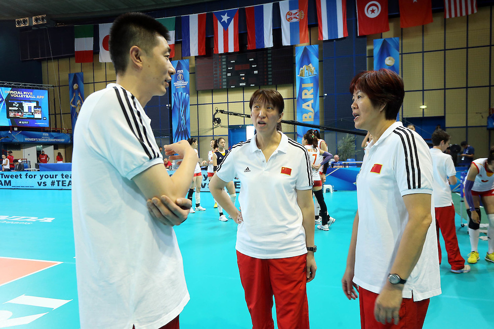 China coach Lang Ping talks with her staff before the match