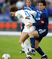 Fotball, 20. april 2002. Tippeligaen, Stabæk v Vålerenga Fotball. Martin Andresen, Stabæk, mot David Hanssen, Vålerenga.<br /> Foto: Anders Hoven, Digitalsport