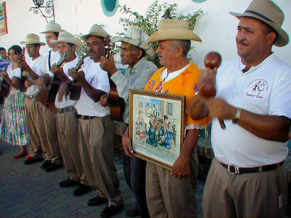 LOS ZARAGOZAS DE SANARE<br /> Sanare, Estado Lara - Venezuela 2004<br /> Photography by Aaron Sosa<br /> <br /> La fiesta de Los Zaragozas pertenece a esa celebraci&oacute;n de amplia dispersi&oacute;n en los estados andinos conocida como locos y locainas, que, por alguna raz&oacute;n, en Sanare y Gu&aacute;rico adquiri&oacute; nombre propio. Se celebra cada 28 de Diciembre, cuando la Iglesia conmemora el D&iacute;a de los Santos Inocentes en recordaci&oacute;n de aquel asesinato colectivo de ni&ntilde;os, ordenado por Herodes, la fallida intenci&oacute;n de eliminar el Ni&ntilde;o-Dios.