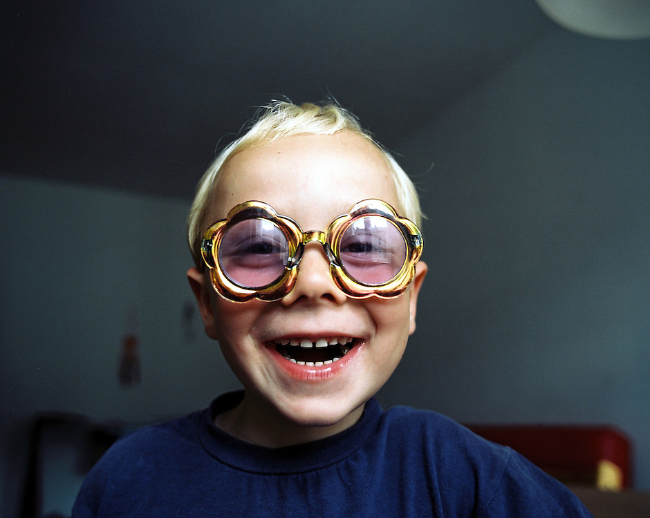 Germany - KIDS - CHILDREN; FUN, BOY (Rocco) Funny sunglasses; SMILE, laughter; KINDER,Freude; Lachender Junge mit Sonnenbrille von H&M; Berlin 01.08.2003.©  jungeblodt.com