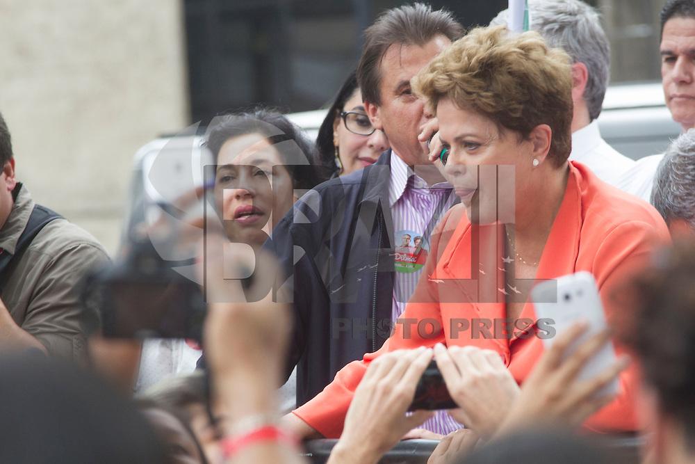 SANTOS, SP, 30.09.2014 - ELEICAO 2014 - DILMA ROUSSEFF. A presidente Dilma Rousseff, acompanhada do candidato a governador do Estado de São Paulo pelo PT, Alexandre Padilha fez uma caminhada pelo centro histórico, em Santos(SP), na manhã desta terça-feira, 30. (Foto: Flavio Hopp/Brazil Photo Press)