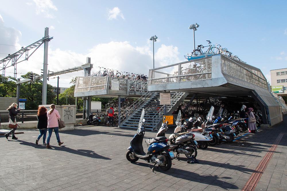 De fietsenstalling bij het station van Apeldoorn.<br /> <br /> The bike parking near Apeldoorn station