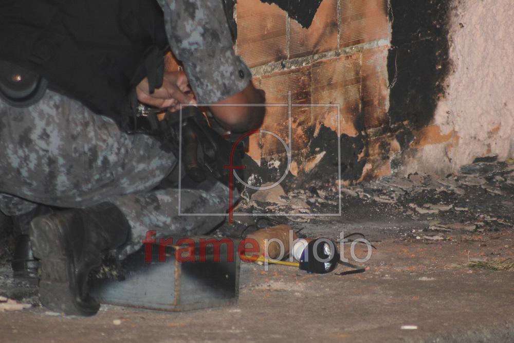 São Paulo - 11/08/2014 Uma suspeita de bomba interditou a rua Maria Antonia Carmona por uma hora. Moradores que passavam pela rua encontraram um objeto e chamaram a policia militar, que interditou partes da rua e acionou o Grupo de Ações Táticas Especiais  (GATE), a suposta bomba foi analizada e recolhida e encaminhada para o 99 DP . Foto: Marcelo S. Camargo/ Frame