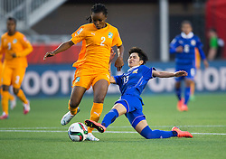 12.06.2015, Lansdowne Stadium, Ottawa, CAN, FIFA WM, Frauen, Elfenbeinküste vs Thailand, Gruppe B, im Bild Fatou Coulibal (L) of Cote d'Ivoire vies with Orathai Srimanee of Thailand. Cote d'Ivoire lost the match 2-3 // during group B match of FIFA Women's World Cup between Ivoire Coast and Thailand at the Lansdowne Stadium in Ottawa, Canada on 2015/06/12. EXPA Pictures © 2015, PhotoCredit: EXPA/ Photoshot/ Zou Zheng<br /> <br /> *****ATTENTION - for AUT, SLO, CRO, SRB, BIH, MAZ only*****