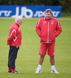 CARDIFF, WALES - Tuesday, October 7, 2008: Wales' manager John Toshack and assistant coach Roy Evans during training at the Vale of Glamorgan Hotel ahead of the 2010 FIFA World Cup South Africa Qualifying Group 4 match against Liechtenstein. (Photo by David Rawcliffe/Propaganda)