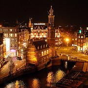 NLD/Amsterdam/20051111 - Amsterdam Munttoren avondlicht, nacht, neonverlichting, kerktoren, binnenstad, centrum,