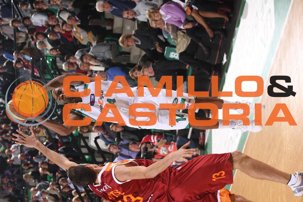 DESCRIZIONE : Treviso Lega A 2008-09 Benetton Treviso Lottomatica Roma<br /> GIOCATORE : Gary Neal<br /> SQUADRA : Benetton Treviso<br /> EVENTO : Campionato Lega A 2009-2010 <br /> GARA : Benetton Treviso Lottomatica Roma<br /> DATA : 17/10/2009 <br /> CATEGORIA : Tiro<br /> SPORT : Pallacanestro <br /> AUTORE : Agenzia Ciamillo-Castoria/G.Ciamillo