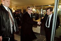 15 MAR 2001, BERLIN/GERMANY:<br /> Theo Waigel, CDU, Bundesfinazminister a.D., verabschiedet sich vom Personal des BM Finanzen, nach seiner Vernehmung als Zeuge vor dem 1. Untersuchungsauschuss Parteispenden des Deutschen Bundestages, Bundesfinanzministerium<br /> IMAGE: 20010315-01/02-02<br /> KEYWORDS: Parteispendenuntersuchungsauschuss