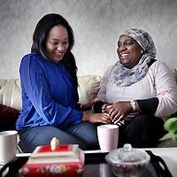 Nederland, Amsterdam , 27 maart 2014.<br /> Omaima El Tahir is genomineerd voor de ECHO Award (Expertisecentrum Allochtonen Hoger Onderwijs Award)<br /> Op de foto: Omaima geeft uitleg omtrent drukverband aanleggen tijdens een cursus EHBO aan 2e? jaarsstudenten.<br /> Foto:Jean-Pierre Jans