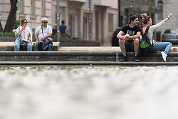 THEMENBILD - erste Hitzewelle des Jahres bahnt sich an, im Bild Leute sitzen an einem Brunnen, aufgenommen am 10. Juni 2019 in Wien, Oesterreich. // Over the next few days, the thermometer is expected to move in the direction of 35 degrees Celsius and above. Wien, Austria on 2019/06/10. EXPA Pictures © 2019, PhotoCredit: EXPA/ Michael Gruber