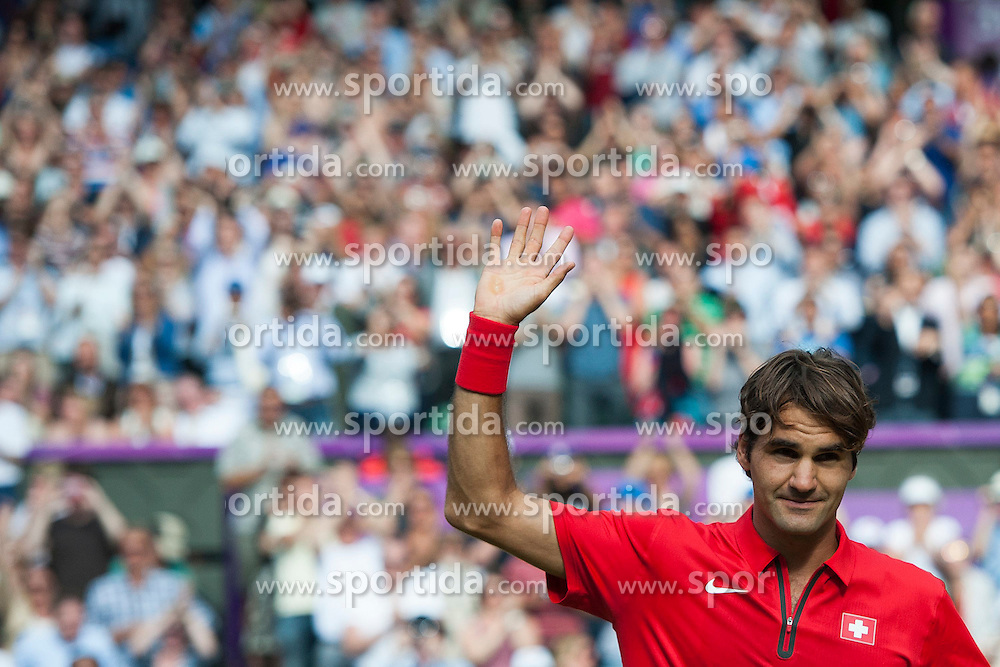 02.08.2012, Wimbledon, London, GBR, Olympia 2012, Tennis, im Bild Roger Federer (SUI) bedankt sich bei den Fans // during Tennis, at the 2012 Summer Olympics at Wimbledon, London, United Kingdom on 2012/08/02. EXPA Pictures © 2012, PhotoCredit: EXPA/ Freshfocus/ Valeriano Di Domenico..***** ATTENTION - for AUT, SLO, CRO, SRB, BIH only *****