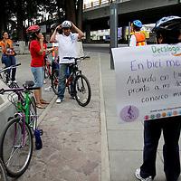 """Toluca, México.- Integrantes de la Fundación Tlaloc, Trabajando por un México Sustentable puso en marcha el Movimiento """"Movilidad Sustentable"""", consistente en difundir el uso de la bicicleta, pedir a las autoridades la construcción de ciclopistas, la introducción del mexibus;  recorrieron las principales calles de Toluca en bicicleta y cartelones en su espalda con los cuales difunden los beneficios de utilizar este medio de transporte. Agencia MVT / Crisanta Espinosa. (DIGITAL)"""